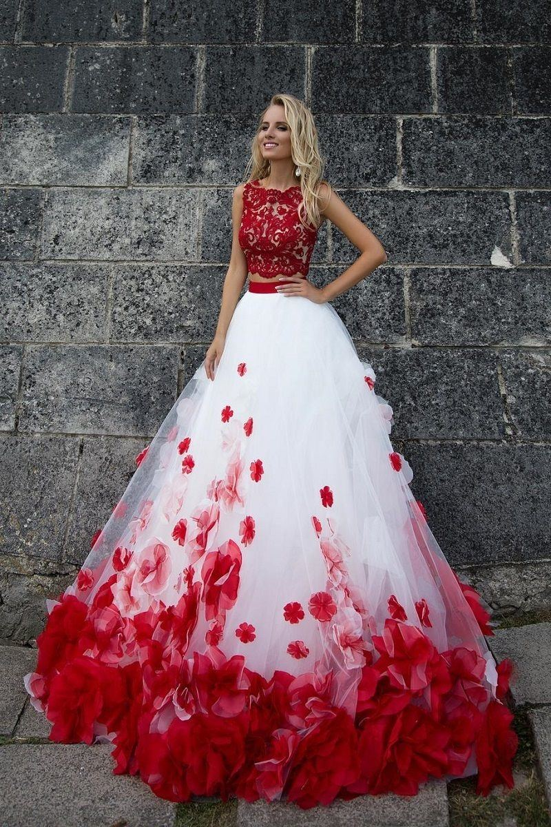 I love this beautiful wedding dress! I'm very inspired by it and have design ideas for my own wedding dress
