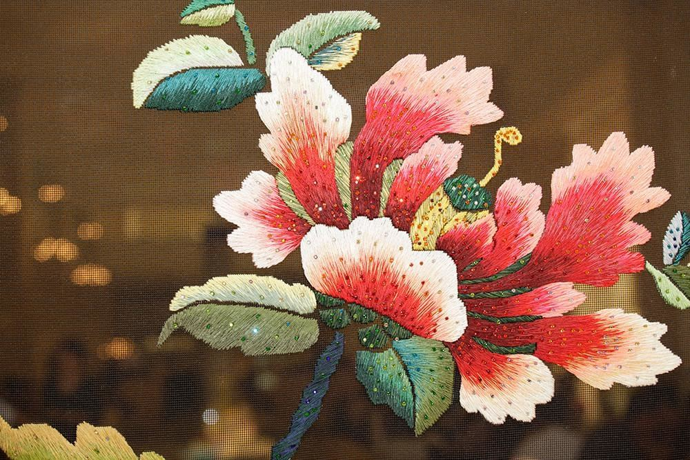 Hand Embroidery: feather stitch flower design